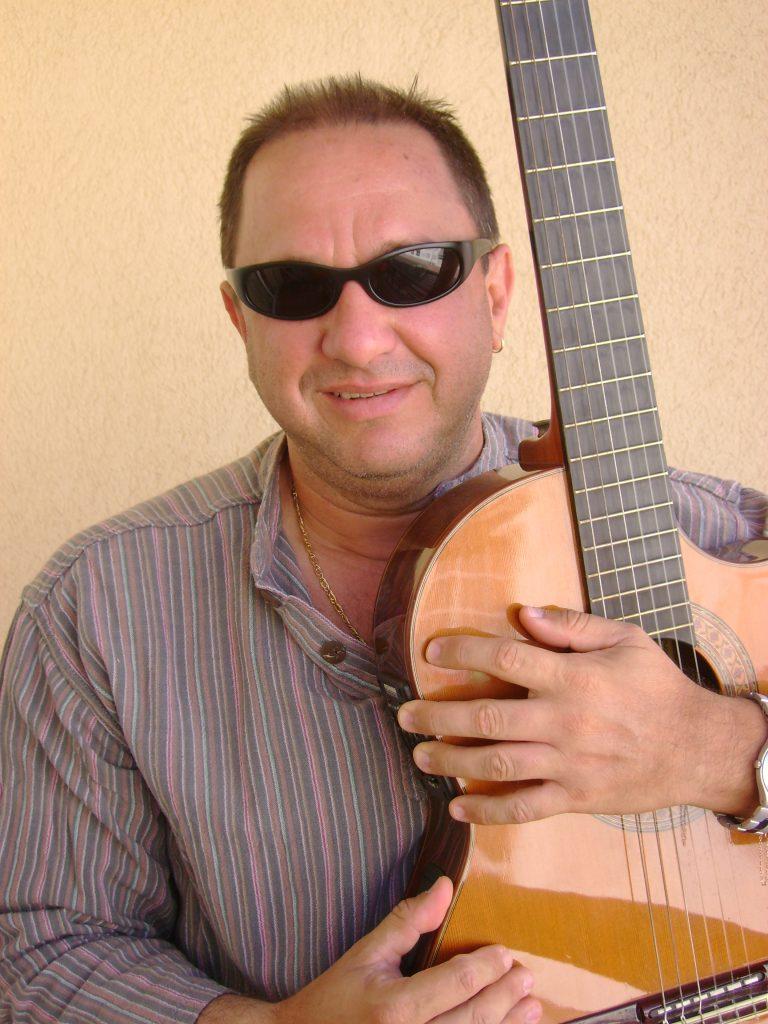 emiro-con-gafas-y-guitarra